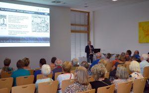 OKM Geschäftsführer Olaf Sporys skizziert die Entwicklung der Orthopädie | Foto: Markgröningen aktiv